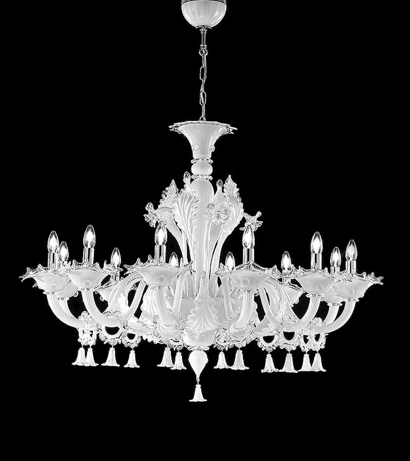 Lampadario in vetro di murano a 12 luci color bianco for Lampadari per camera da letto classica